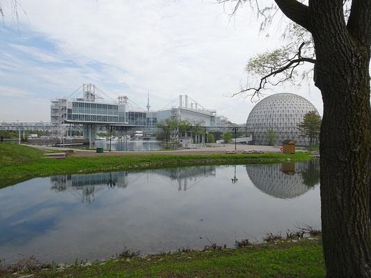 Besuch am Ontario Place in Toronto. Rechts ist das IMAX Kino Cinesphere zu sehen.