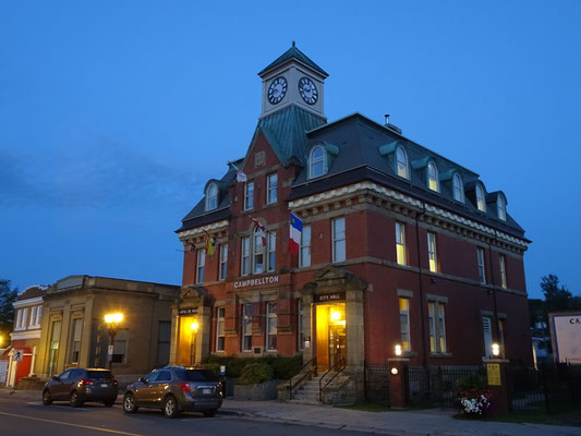 Urlaub in New Brunswick: Abend am Rathaus von Campbellton.