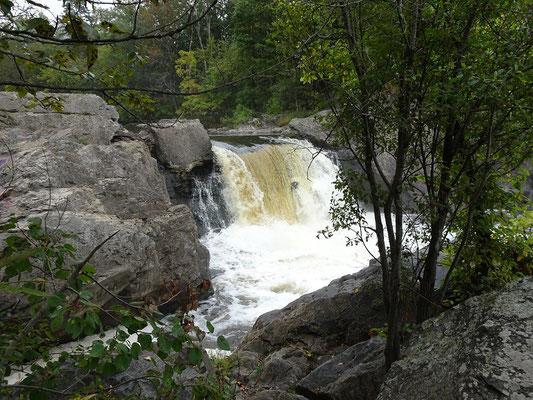 Urlaub in Quebec: Etwas stromabwärts gab es am Riviére-du-Loup dann doch so etwas wie einen Wasserfall zu sehen.