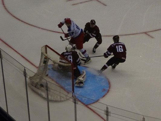 Eishockey Junioren WM in Toronto: Gleich klingelt's wieder. Selbst zu dritt können die Letten den russischen Spieler nicht stoppen.