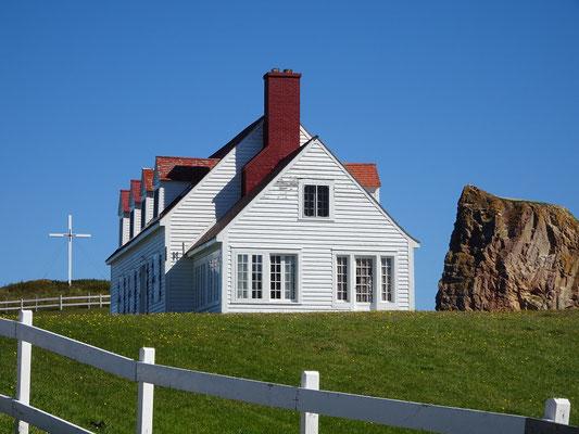 Urlaub in Quebec: Haus auf dem Steilküstenabschnitt in Percé.