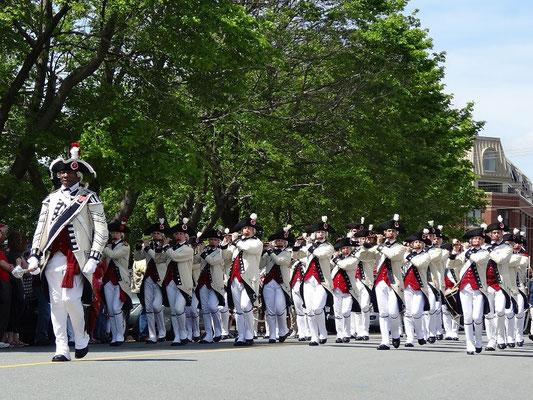 Augen- und Ohrenschmaus beim Canada Day in Halifax: Eine traditionelle Marschkapelle aus Boston in den USA.