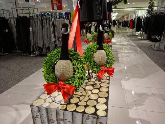 Black Friday in Toronto: Gans eigenwillige Dekoration im Kaufhaus.