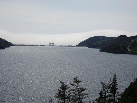 Urlaub in Neufundland: Blick auf die grosse Brücke in Placentia. Castle Hill liegt auf den Felsen rechts der Brücke.