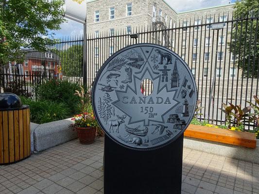 Urlaub in Ottawa: Grosse Münze vor der Royal Canadian Mint.