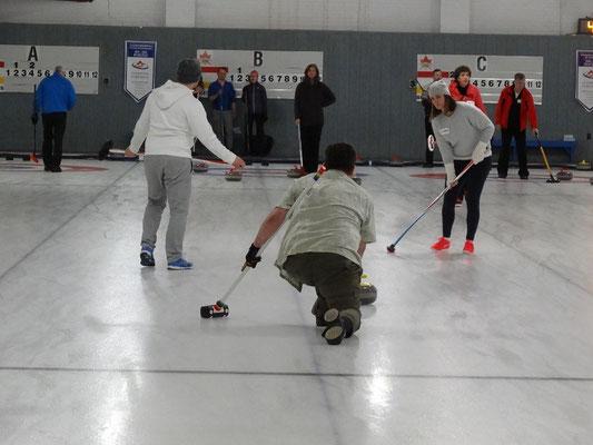 Curling in Toronto: Die eigene Rutsch-Geschwindigkeit bestimmt, wieviel Energie man dem Stein mit auf den Weg gibt.