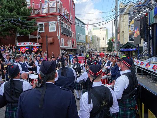Urlaub in Neufundland: Vor dem Ausmarsch spielte die Highland Creek Marching Band noch ein Geburtstags-Ständchen für einen Rollstuhlfahrer.