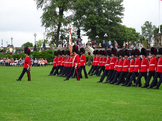 Urlaub in Ottawa: In den Sommermonaten führt die kanadische Armee vor dem Parlament jeden Morgen eine Wachablösungs-Zeremonie durch.