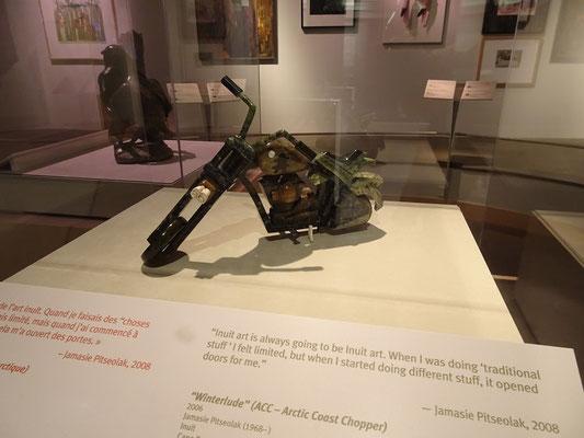 Urlaub in Ottawa: Dieses Motorrad im Canadian Museum of History wurde von einem indianischen Künstler aus Steinen zusammengesetzt.