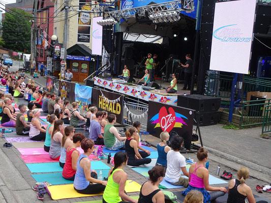 Urlaub in Neufundland: Zur Mittagsstunde gab es Yoga auf dem George Street Festival in St. John's.