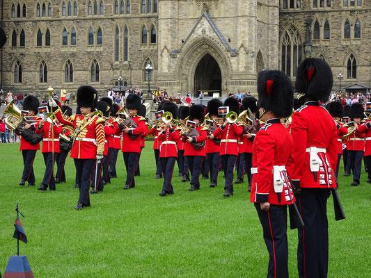 Urlaub in Ottawa: Nach dem Wachwechsel vor dem Parlament marschieren die Truppen nebst Marschkapelle durch die Innenstadt.