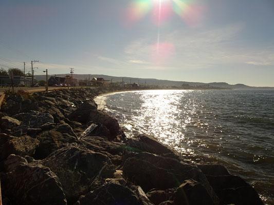 Urlaub in Quebec: Abendsonne beim Spaziergang am Ufer des Sankt-Lorenz-Stroms in Sainte-Anne-des-Monts.