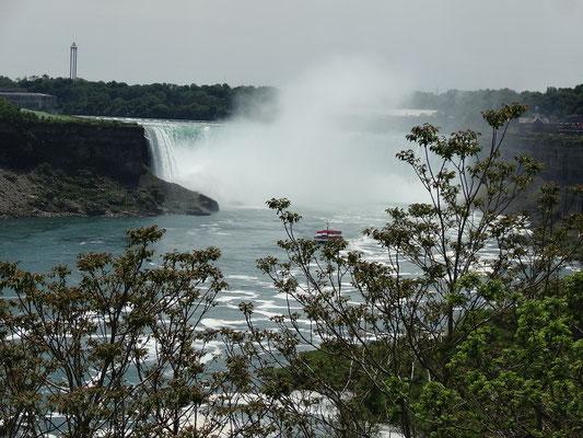 Niagara Falls: Wasserfälle mit Besucher-Boot.