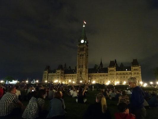Urlaub in Ottawa: Guter Besuch bei einer abendlichen Veranstaltung vor dem Parlament.