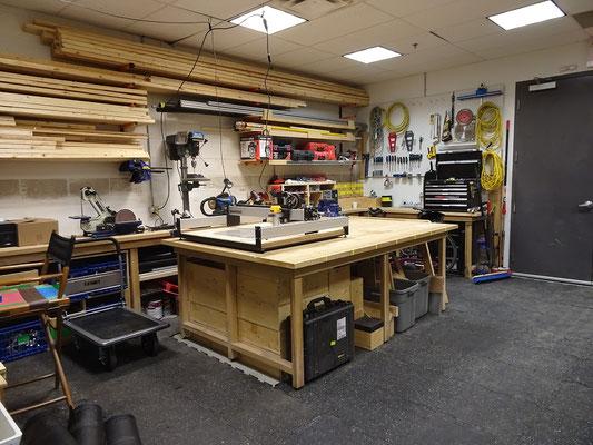 Doors Open Toronto 2018: Positive Überraschung bei Ubisoft war, dass viele Requisiten, aber auch einfache Treppen oder Podeste für das Studio aus Holz gemacht werden. Selbst in der digitalen Welt ist also noch Platz für Handwerker.