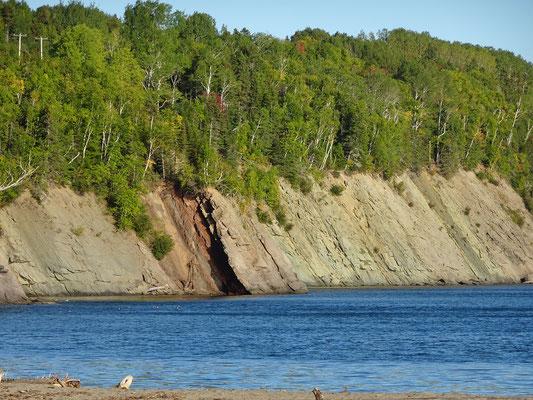 Urlaub in Quebec: Dieser Uferabschnitt im Westen des Forillon Nationalparks sieht aus, als ob das Gestein hier scheibchenweise angehäuft wurde.