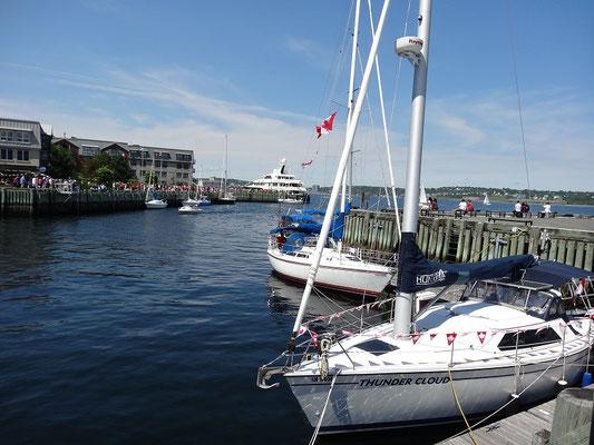 Seegelboote an der Waterfront von Halifax, der längsten Spaziermeile von Nova Scotia.