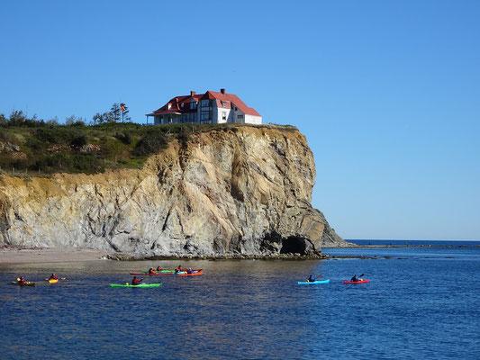 Urlaub in Quebec: Kanuten paddeln in ihren Kayaks an der Steilküste vor Percé.