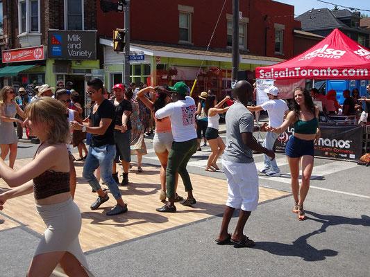 Reges Treiben bei Torontos Salsa-Fest auf der St. Clair: Getanzt wird auf der Strasse.