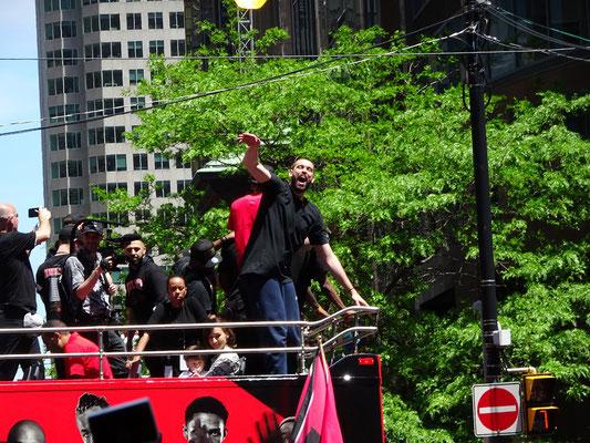 Toronto Raptors 2019: Spieler und Offizielle sind guter Dinge während der Parade zur Feier des NBA-Titels.