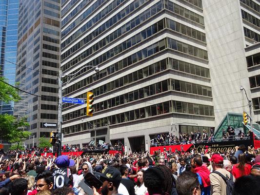 Toronto Raptors 2019: Bei der Siegesparade bahnen sich Busse mit den Spielern ihren Weg Richtung Rathaus.