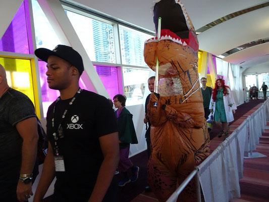 FanExpo 2016 in Toronto: Dieses Kostüm erschloss sich mir nicht sofort, es könnte aber mit der Figur Deadpool zu tun haben.