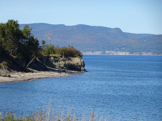Urlaub in Quebec: Bevor die Route 132 Gaspé erreicht, hat man schon einen Blick übers Wasser Richtung Forillon Nationalpark.