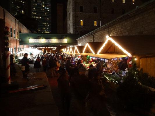 Blick auf die Buden auf dem Weihnachtsmarkt im Distillery District von Toronto.