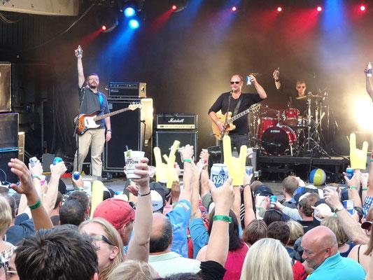 """Urlaub in Neufundland: Beim George Street Festival in St. John's prostet die Band """"The Navigators"""" der Menge zu."""