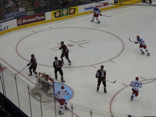 Eishockey Junioren-Weltmeisterschaft in Toronto: Die russische Mannschaft war dem lettischen Team haushoch überlegen.