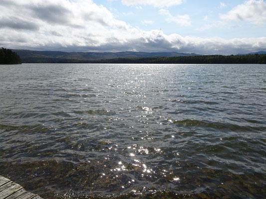 Urlaub in New Brunswick: Das Sonnenlicht spiegelt sich im Wasser des Bathurst Sees im Mount Carleton Provincial Park.