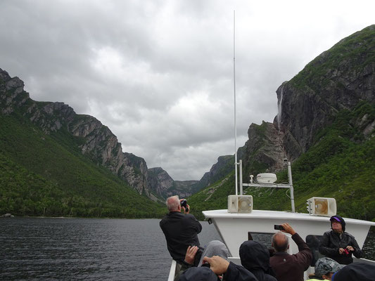 Fotomotiv Wasserfall bei der Bootstour im Western Brook Pond in Neufundlands Gros Morne National Park.