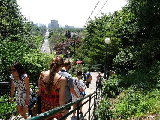 Blick Richtung Toronto von der Treppe zur Casa Loma.