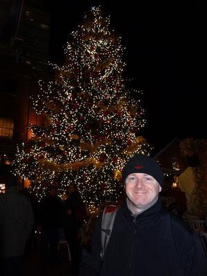 Selfie vor dem Weihnachtsbaum auf dem Christmas Market in Torontos Distillery District.