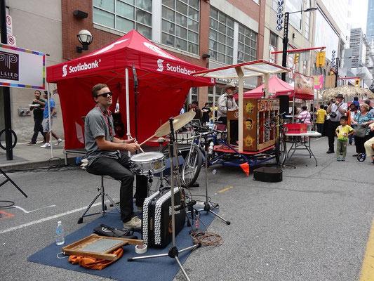 Strassenmusiker sind auch Teil des Busker Fest in Toronto.