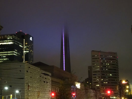 Nuit Blanche 2016 in Toronto: Ter CN Tower verschwindet im Nebel.
