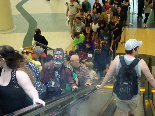 "FanExpo 2016 in Toronto: Auf der Rolltreppe begegnet uns Peter ""Bitte nennt mich Starlord"" Quill von den Guardians of the Galaxy."