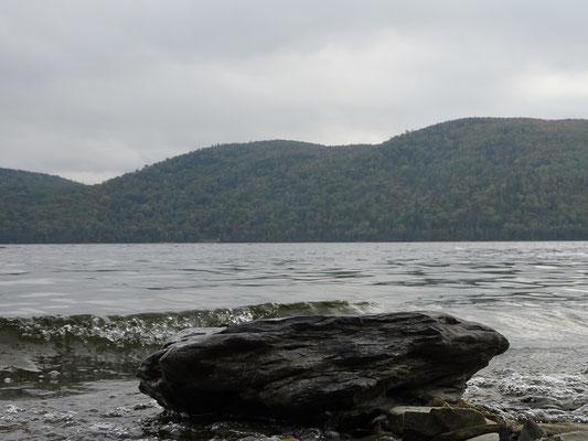 Urlaub in Quebec: Stein am Ufer des Lac Temiscouata.