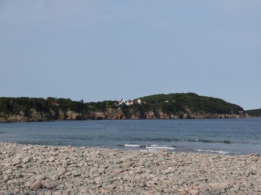 Hier ein Blick vom Strand in Ingonesh auf Cape Breton Island.