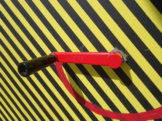 """Winterstations 2018 in Toronto: Handkurbel für die Sirene an der Installation """"Make some noise!!!"""""""