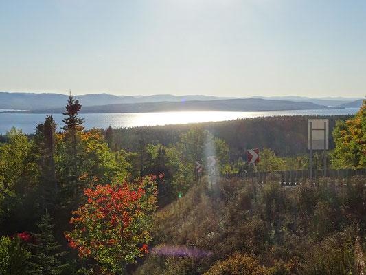 Urlaub in Quebec: Blick im gleissenden Sonnenlicht zurück nach Westen im herbstlichen Forillon Nationalpark.