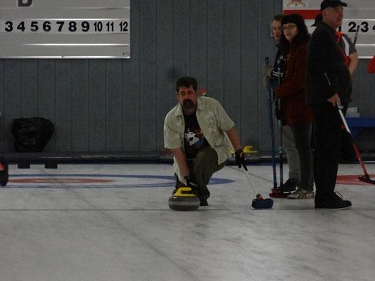 So kann das aussehen: Abgabe des Spielsteins beim Benefiz-Turnier im Royal Canadian Curling Club Toronto.