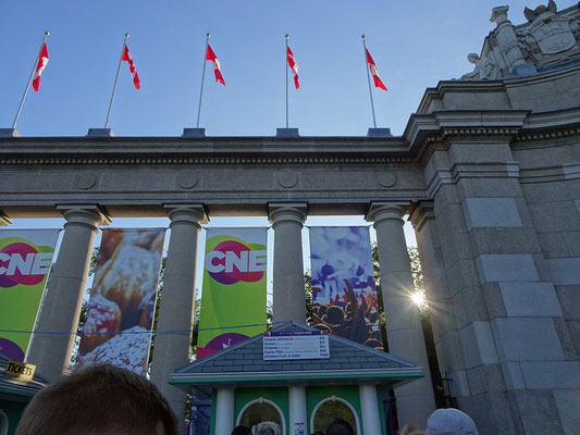 "Canadian National Exhibition in Toronto: Abendstimmung am Eingang zur ""Ex."""
