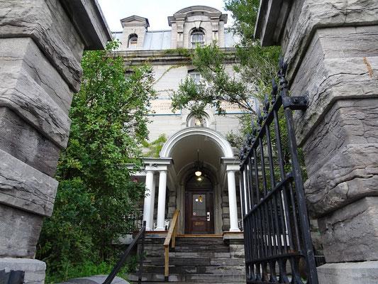 Urlaub in Ottawa: Eingang zum Gefängnis Hostel.