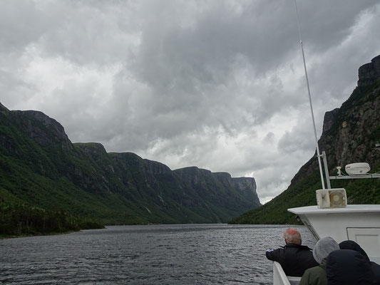 Naturerlebnis und Windkanal: Bootstour im Western Brook Pond in Neufundlands Gros Morne National Park.
