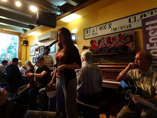 Gälische Sprache gewinnt in Cape Breton Island wieder an Popularität. Beim Kitchen Fest im Red Shoe Pub konnten daher viele Besucher mitsingen.