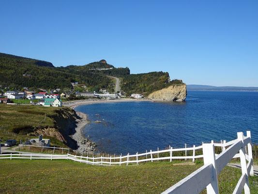 Urlaub in Quebec: Blick zurück beim Besuch auf der Steilküste in Percé.