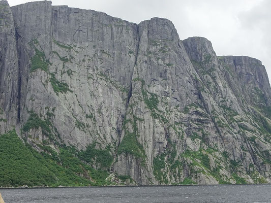 Gros Morne National Park: Steile Felswand im Fjord des Western Brook Pond.