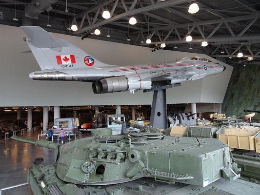 Kriegsmuseum in Ottawa: Über dem Leopard 1 Panzer schwebt eine CF-101 Voodoo.