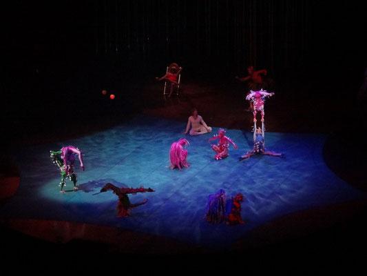 Varekai in Toronto: Artisten des Cirque du Soleil bei einer Akrobatik-Nummer.